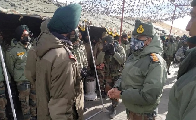 सेना प्रमुख एम.एम.नरवणे पहुंचे लेह, किया फॉरवर्ड लाइन का दौरा, जवानों से मुलाकात कर परखी तैयारियां