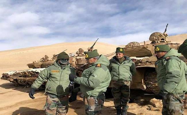 भारत-चीन तनाव के बीच सेना प्रमुख एम.एम.नरवणे ने लेह पहुंचकर लिया तैयारियों का जायजा, देखें PHOTOS