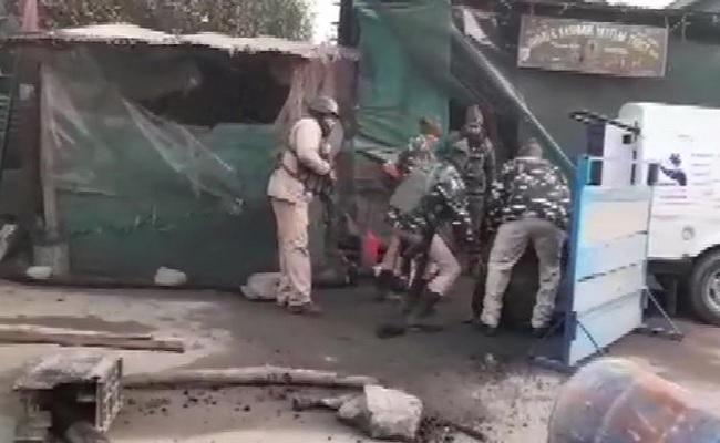 जम्मू कश्मीर: आतंकियों ने सुरक्षाबलों पर ग्रेनेड हमला किया, CRPF के 3 जवान घायल, इलाज जारी