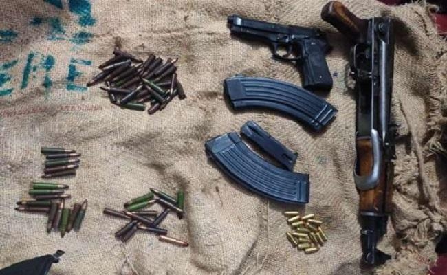 Jammu Kashmir: शोपियां मुठभेड़ में 2 दहशतगर्द ढेर, नरवाल में TRF के 2 आतंकी गिरफ्तार; भारी मात्रा में हथियार बरामद