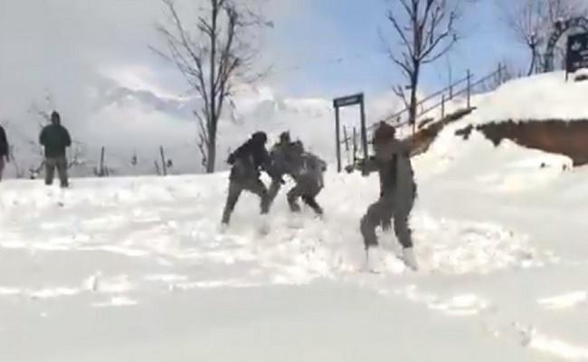 हाड़ कंपाने वाली ठंड में कबड्डी खेल रहे भारतीय सेना के जवान, VIDEO देखकर रह जाएंगे दंग