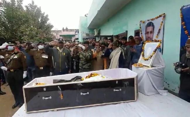 पाकिस्तानी गोलीबारी में शहीद रविन्द्र जाखड़ के अंतिम संस्कार में उमड़ा जनसैलाब, पत्नी और बेटे ने दिया ये बयान
