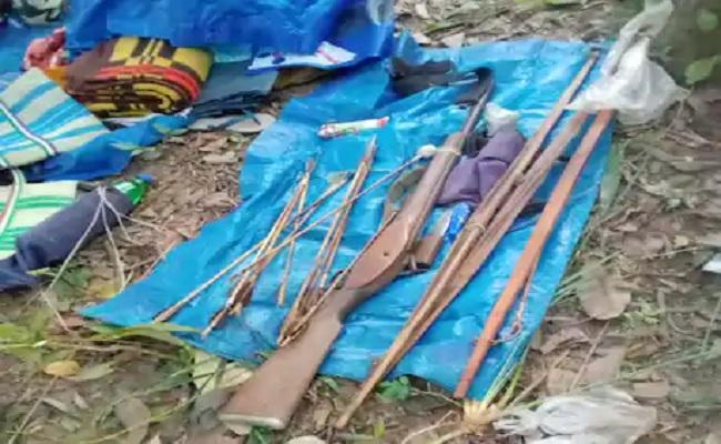 छत्तीसगढ़: बीजापुर में नक्सलियों और पुलिस के बीच मुठभेड़, नक्सली सामान और हथियार बरामद