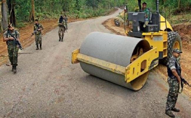Chhattisgarh: सालों लाल आतंक के साए में रहा यह गांव, सुरक्षाबलों के पहुंचने से शुरू हुआ सड़क निर्माण