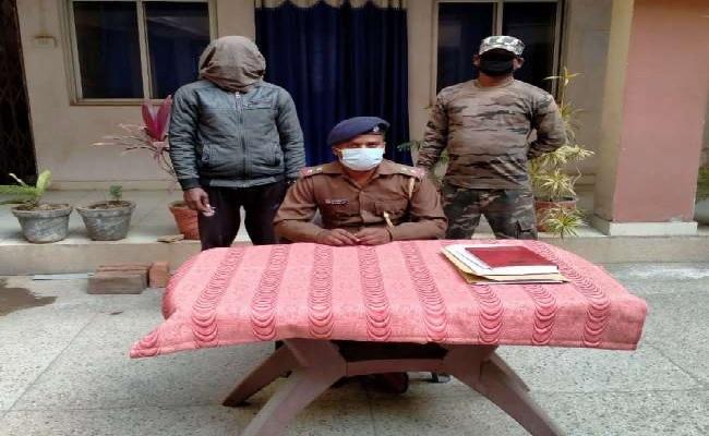झारखंड: पश्चिमी सिंहभूम में नक्सलियों को बड़ा झटका, मोछू दस्ते का सदस्य इंदू हेम्ब्रम गिरफ्तार