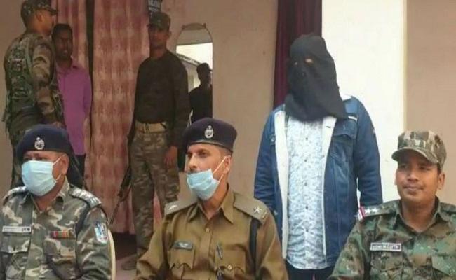 Jharkhand: गुमला में PLFI के हार्डकोर नक्सली ने किया सरेंडर, हत्याकांड में पुलिस को थी तलाश