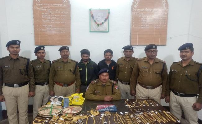 दिल्ली के रोहिणी इलाके के जेवर शोरूम से लूट और हत्या कर भाग रहे थे, झारखंड के हजारीबाग रोड स्टेशन की RPF ने दबोचा