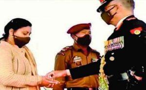 शहीद संदीप को मरणोपरांत मिला सेना मेडल, पत्नी ने स्वीकार किया सम्मान, भावुक हुआ परिवार