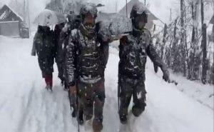 कश्मीर: भारी बर्फबारी में फंसी मां और उसका नवजात बच्चा, सेना ने ऐसे की मदद, देखें VIDEO
