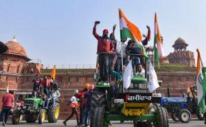 Farmers Tractor Parade: कहीं फूलों से हुआ स्वागत तो कहीं पुलिस को छोड़ने पड़े आंसू गैस के गोले, जानें किसानों की ट्रैक्टर परेड का हाल