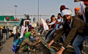 ट्रैक्टर परेड के नाम पर दिल्ली में किसानों ने किया उग्रवादियों जैसा व्यवहार, 150 से अधिक पुलिसकर्मी घायल और 2 की हालत गंभीर