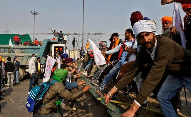 ट्रैक्टर परेड के नाम पर दिल्ली में किसानों ने किया उग्रवादियों जैसा व्यवहार, 300 से अधिक पुलिसकर्मी घायल और 2 की हालत गंभीर