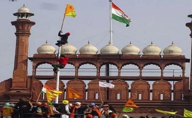 लाल किले पर प्रदर्शनकारियों ने नहीं फहराया था 'खालिस्तानी' झंडा, जानें सच्चाई