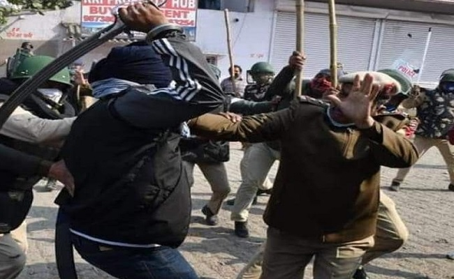 दिल्ली: सिंघु बॉर्डर पर प्रदर्शनकारी ने SHO पर तलवार से हमला किया, हिरासत में लिया गया हमलावर