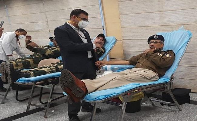 दिल्ली: AIIMS में रक्तदान करने पहुंचे सैकड़ों जवान,  CRPF डायरेक्टर एपी माहेश्वरी ने भी लिया हिस्सा