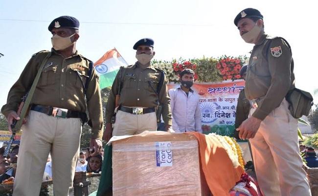 जम्मू कश्मीर: CRPF जवान दिनेश मेटकर श्रीनगर में शहीद, मासूम बेटियों ने किया अंतिम संस्कार