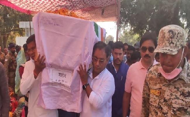 छत्तीसगढ़: बीजापुर ब्लास्ट में शहीद जवान का राजकीय सम्मान के साथ अंतिम संस्कार, इसी साल होने वाली थी शादी