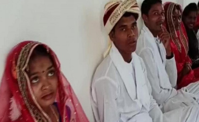 छत्तीसगढ़: दंतेवाड़ा में नक्सलियों ने भी मनाया वैलेंटाइन डे, पुलिस ने सरेंडर करने वाले 15  पूर्व नक्सलियों की शादी करवाई