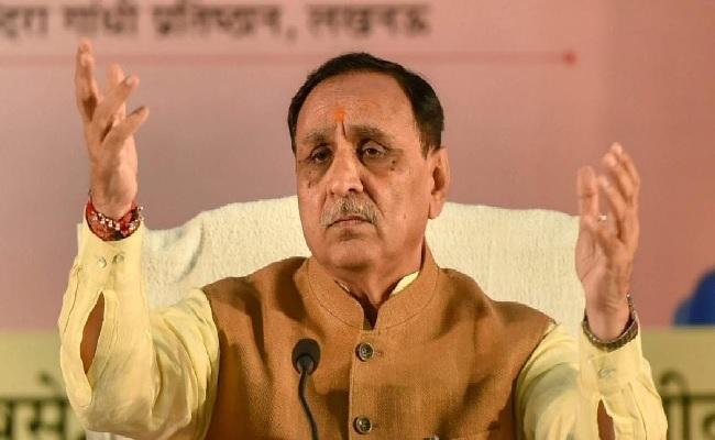 गुजरात: CM विजय रूपाणी पाए गए कोरोना पॉजिटिव, रविवार को मंच पर हो गए थे बेहोश