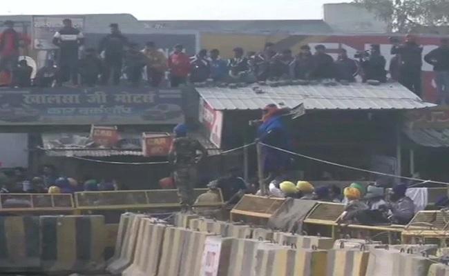 दिल्ली: किसान आंदोलन में शामिल एक प्रदर्शनकारी ने SHO पर किया जानलेवा हमला, हुआ गिरफ्तार