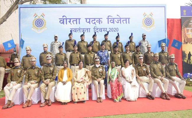 वीरता पदक से नवाजे गए CRPF के 127 जवान, डीजी डॉ. एपी महेश्वरी ने शहीदों के परिजनों को किया सम्मानित
