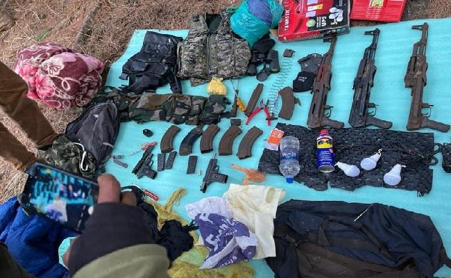 जम्मू कश्मीर: आतंकियों के ठिकाने का भंडाफोड़, AK-56 समेत भारी मात्रा में हथियार और गोला-बारूद बरामद