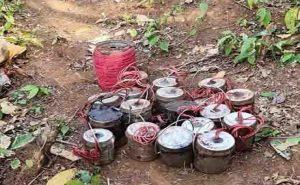 झारखंड: नक्सलियों के नापाक मंसूबे को पुलिस ने किया नाकाम, गिरफ्तार नक्सली की निशानदेही पर 22 IED बम बरामद