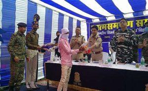 बिहार: नक्सली और सब जोनल कमांडर संजय सिंह ने किया सरेंडर, बताई नक्सली संगठन के दुर्व्यवहार की सच्चाई
