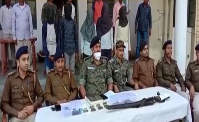 Jharkhand: चतरा पुलिस को मिली बड़ा कामयाबी, हथियार के साथ 5 कुख्यात नक्सलियों को दबोचा