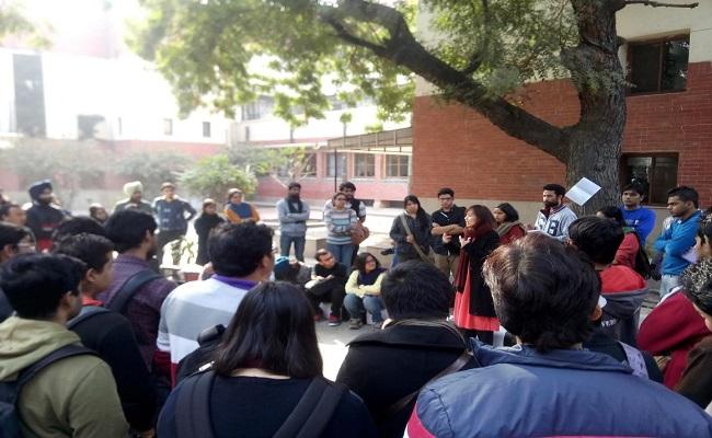 दिल्ली यूनिवर्सिटी में दो पक्षों में मारपीट कई घायल, वामपंथी संगठनों के कार्यक्रम में सेना के खिलाफ अभद्र टिप्पणी ने लिया विवाद की शक्ल