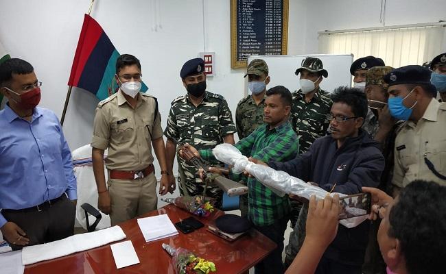 Jharkhand: चतरा में 2 इनामी नक्सलियों ने किया सरेंडर, प्रतिबंधित संगठन TSPC का सच आया सामने