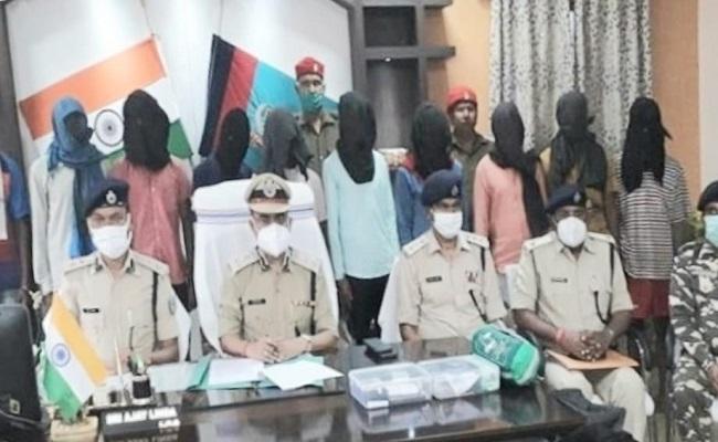 Jharkhand: चाईबासा पुलिस को मिली बड़ी सफलता, आईईडी ब्लास्ट में शामिल 10 नक्सलियों को किया गिरफ्तार