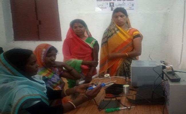 Jharkhand: महिलाएं कर रहीं इस नक्सल प्रभावित इलाके को रोशन, बना रहीं सोलर इलेक्ट्रॉनिक लाइट