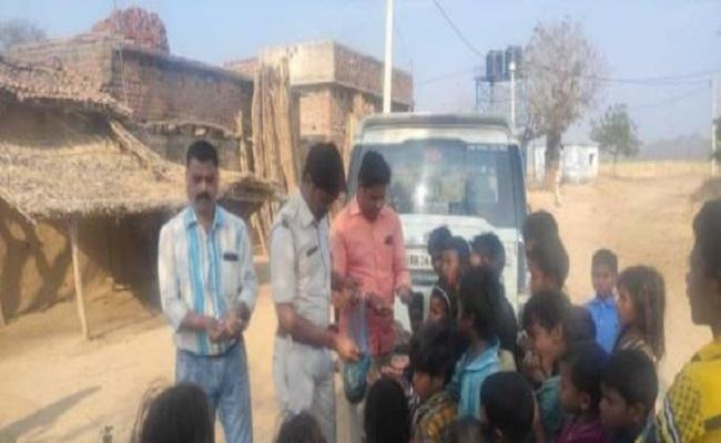 Bihar: औरंगाबाद में पुलिस की सराहनीय पहल, घर-घर जाकर लोगों को किया शिक्षा के प्रति जागरूक