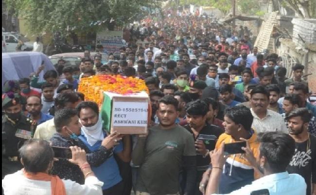 यूपी: शहीद अश्विनी कुमार को श्रद्धांजलि देने के लिए उमड़ी भीड़, 3 बहनों के बीच अकेले भाई थे