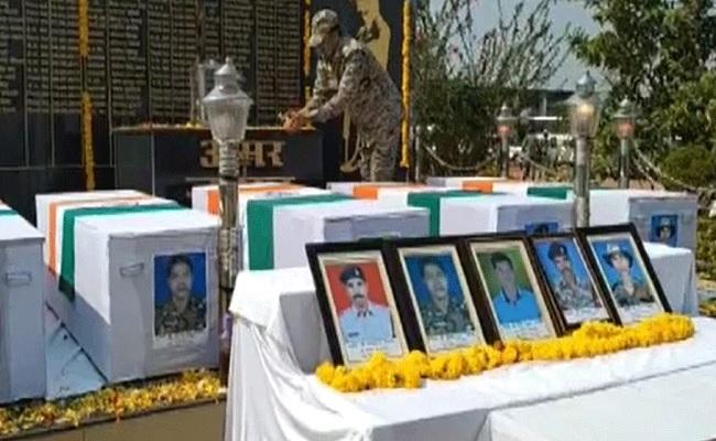 छत्तीसगढ़: नारायणपुर में हुए नक्सली हमले में शहीद 5 जवानों को दी गई श्रद्धांजलि, सीनियर अधिकारी रहे मौजूद
