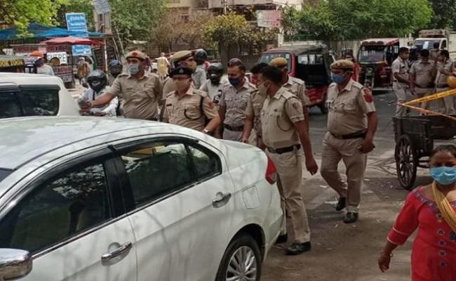 दिल्ली: अपराधियों ने पुलिसवालों की आंखों में झोंकी मिर्च, साथी को छुड़ाया, एक ढेर