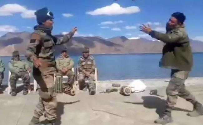 लद्दाख में पैंगोंग त्सो के पास मस्ती में झूमे भारतीय जवान, VIDEO वायरल