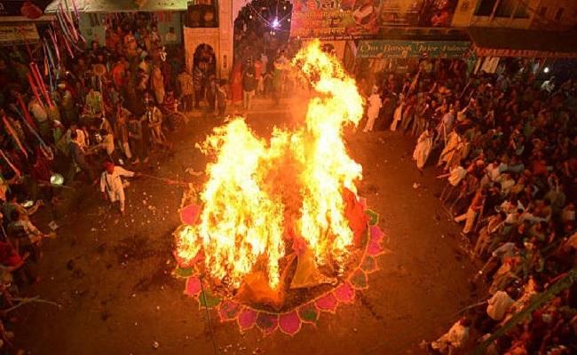 Holika Dahan 2021: जानें क्यों किया जाता है होलिका दहन, क्या है पूजा विधि और शुभ मुहूर्त