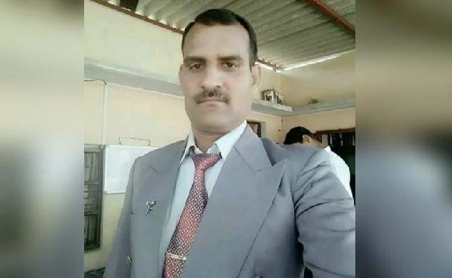 कश्मीर: आतंकी मुठभेड़ में शहीद हुआ जवान, 9 महीने के बेटे ने दी चिता को आग तो रो पड़ा पूरा गांव