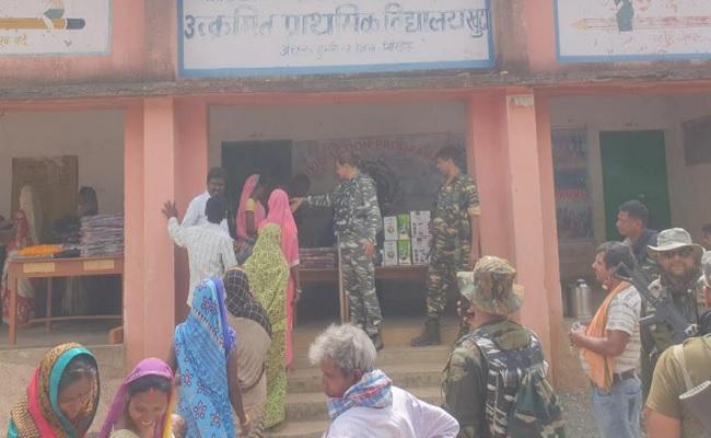 झारखंड: नक्सल प्रभावित इलाके में CRPF ने ग्रामीणों को पहुंचाई मदद, कहा- संबंधों में विश्वास का होना जरूरी