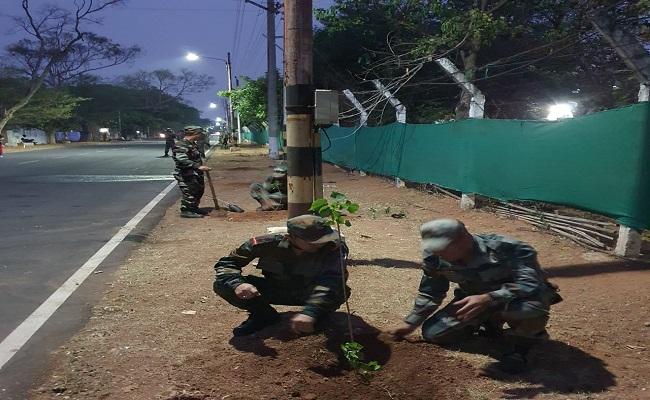 देश की आजादी के 75 साल पूरे होने पर Indian Army के जवानों ने लिया 75 हजार पेड़ लगाने का संकल्प, देखें PHOTOS