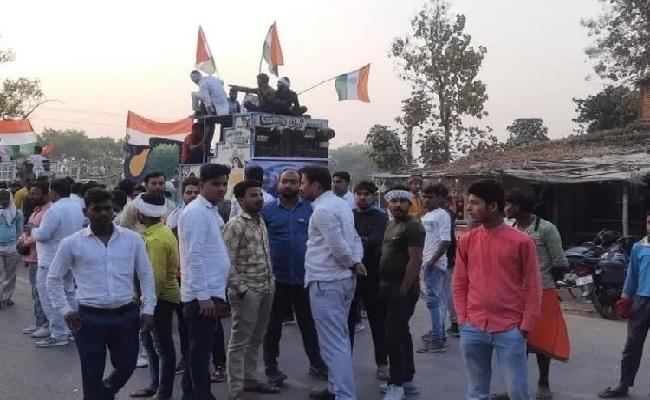यूपी: बीजापुर नक्सली हमले में शहीद धर्मदेव का पार्थिव शरीर गांव पहुंचा, पत्नी और बच्चे बेसुध