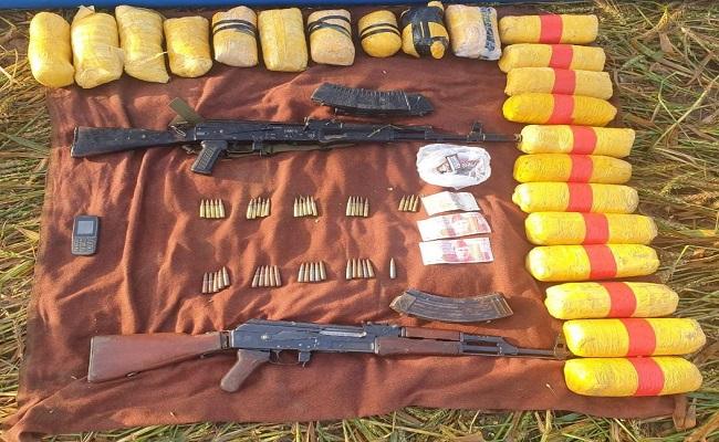 पंजाब सीमा के पास सुरक्षाबलों ने एक पाकिस्तानी घुसपैठिये को मार गिराया, करोड़ों की हेरोइन और दो AK-47 बरामद