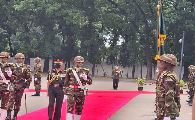 पांच दिवसीय दौरे पर बांग्लादेश पहुंचे आर्मी चीफ एमएम नरवणे, देखें PHOTOS