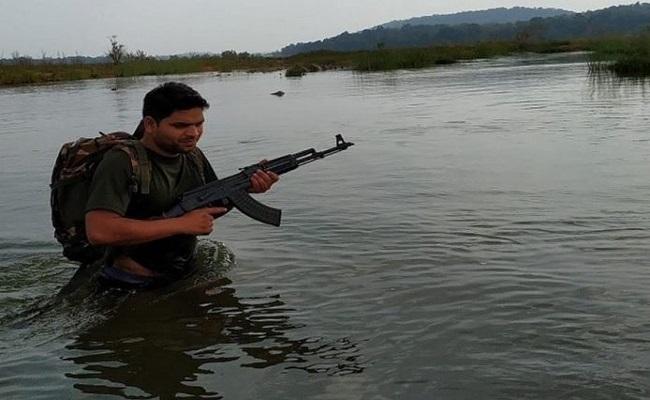 पेट में गोली लगने के बावजूद नक्सलियों को मुंहतोड़ जवाब दे रहे थे शहीद दीपक भारद्वाज, देखें VIDEO