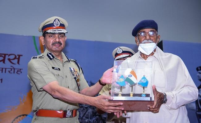 Shaurya Diwas: सीआरपीएफ डीजी कुलदीप सिंह ने सरदार पोस्ट की लड़ाई के शहीदों को किया नमन, देखें PHOTOS