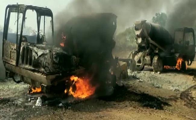 छत्तीसगढ़: बीजापुर में एक बार फिर नक्सलियों का तांडव, निर्माण कार्य में लगे 5 वाहनों को किया आग के हवाले
