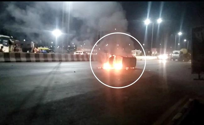 हाइवे पर दो कारों में भीषण टक्कर के बाद एक कार में लगी आग, बहादुरी सिपाही ने अपनी जान पर खेलकर 3 लोगों को बचाया