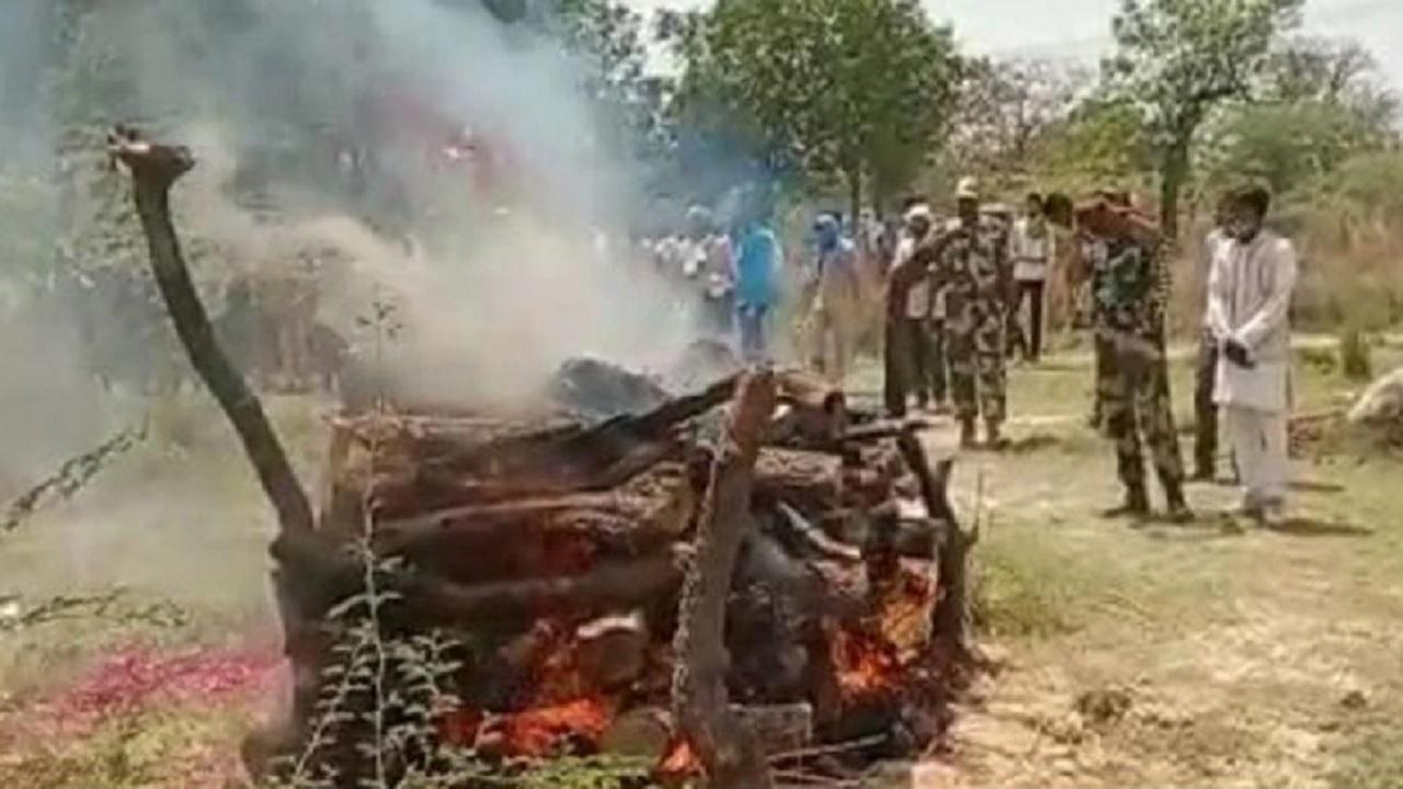 यूपी: शहीद प्रदीप शुक्ला का राजकीय सम्मान के साथ अंतिम संस्कार, 96 घंटे के बाद हुई विदाई